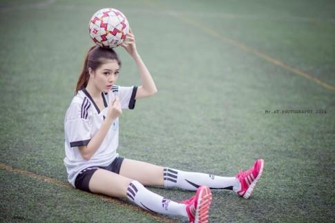 """""""Búp bê Việt"""" Lilly Luta khoe eo thon trên sân bóng"""
