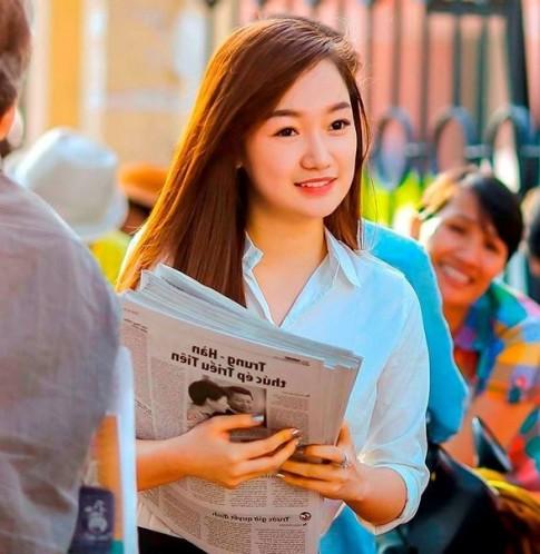 Hot girl bán báo dạo trong kỳ thi ĐH ở Sài Gòn gây xôn xao