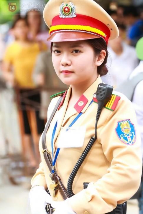 Nữ cảnh sát giao thông xinh đẹp tại điểm thi ĐH Ngoại Thương gây sốt