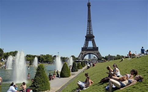 Su khac biet thu vi giua nguoi dan Paris va khach du lich