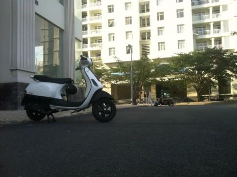 Vespa LX trắng sporty đơn giản.
