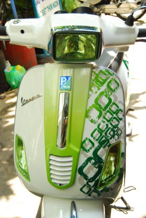 Vespa S green camon cua Saigon Air Brush.