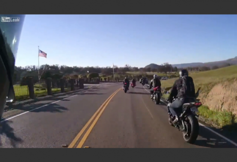[Clip] Biker gặp tại nạn nguy hiểm chỉ vào đường cua lỗi