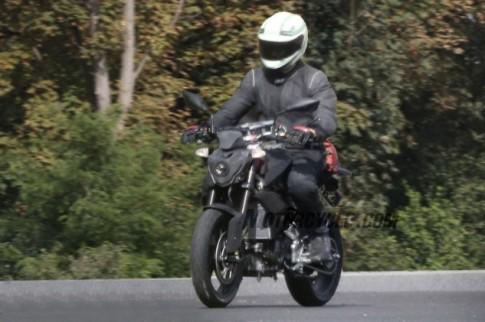 Moto co nho cua BMW Lo tren duong chay thu