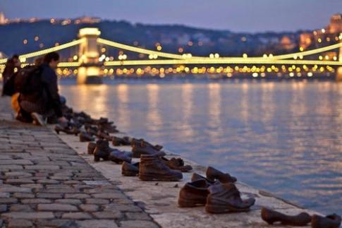 Cau chuyen ve nhung doi giay vo chu ben bo song Danube
