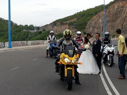 Đốt lốp mô tô để chụp hình cặp biker ở Nha Trang