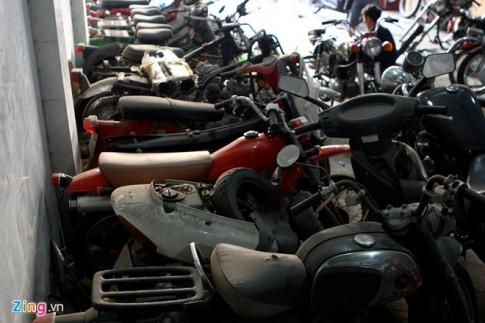Kho xe moto cu trong xuong phuc che o Ha Noi