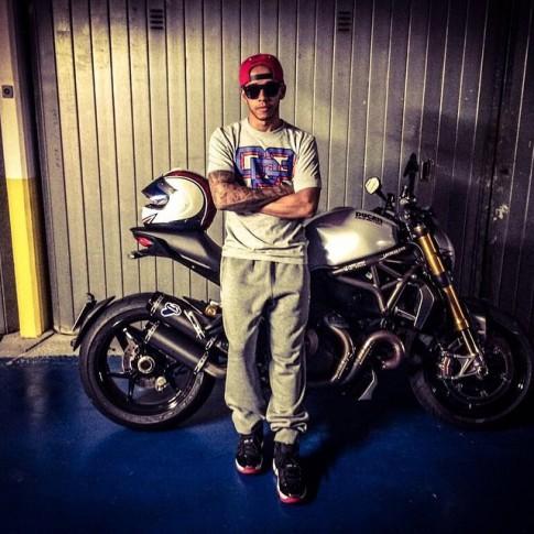 Lewis Hamilton mua Ducati Monster 1200 de quen di noi buon thi dau