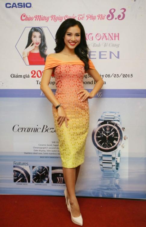 A hau Hoang Oanh sang trong voi Casio Sheen