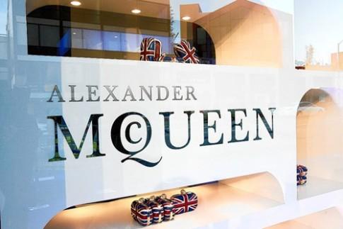 Alexander McQueen bi kien vi quyt tien luong