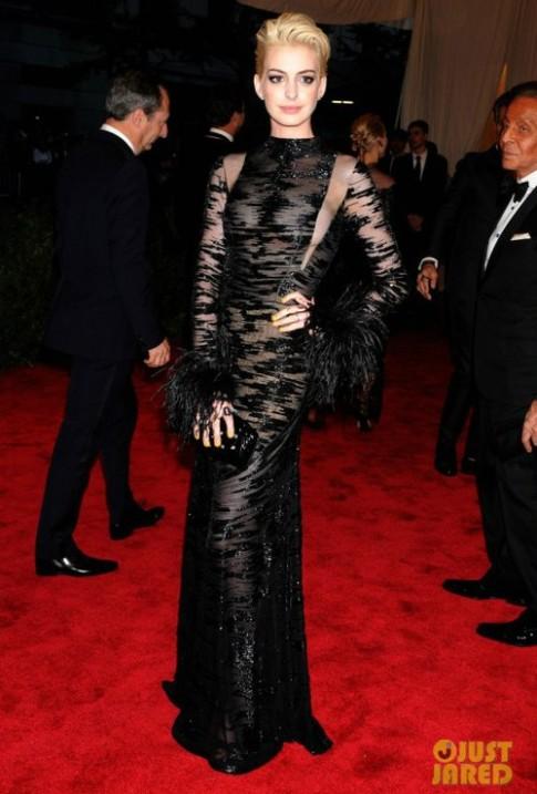 Anne Hathaway van 'trung thanh' voi Valentino