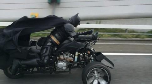 """""""Batman biker"""" chạy xế độ siêu khủng trên đường phố Nhật Bản"""