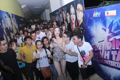 Bi tay chay vi 'scandal tinh ai', Ho Ngoc Ha van duoc fan vay kin