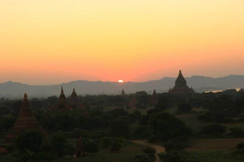 Binh minh tren mien dat Phat Bagan