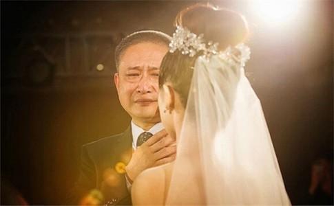 """Bố dắt con gái đi tìm """"Bạch mã hoàng tử"""""""
