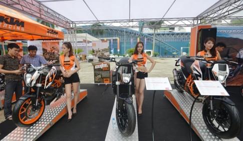 Bộ sưu tập mô tô khủng của KTM khoe dáng bên người đẹp chân dài
