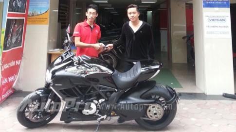 Ca si Tuan Hung ruoc xe khung Ducati Diavel Cromo ve nha