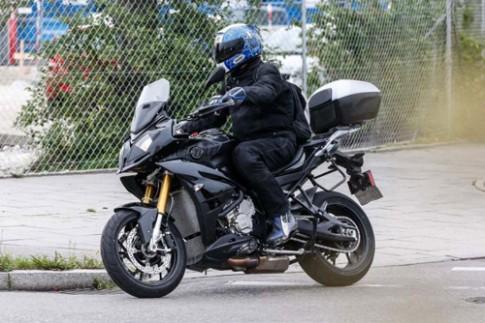 Can canh BMW S1000XR lo dien hoan toan tren duong thu