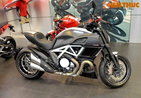 Cận cảnh Ducati Diavel Carbon phiên bản trắng tại Hà Nội