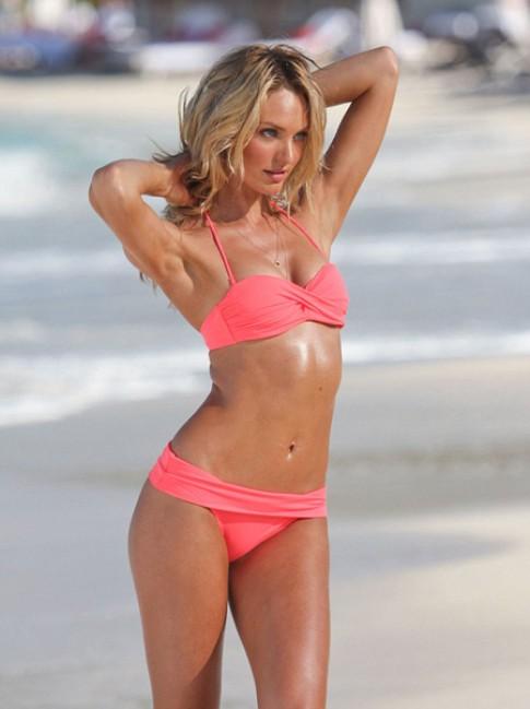 Candice Swanepoel nóng bỏng trên bãi biển