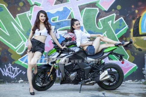 """Cap doi chan dai tranh nhau """"ti de"""" tren Kawasaki Z1000 2014"""