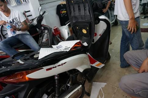 Cap doi Honda SH do tem Repsol doc dao tai Sai Gon