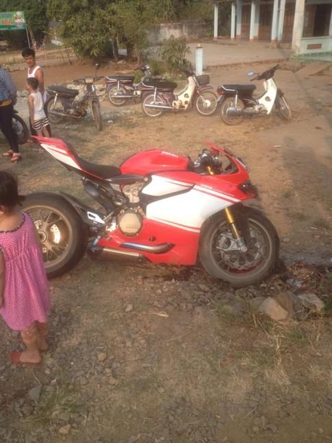CB1000R gạp nạn khi dãn doàn dua xe dạp nũ tại Dòng Nai