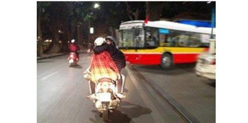 Chang trai Ha Noi vua chay xe tay ga vua hon ban gai gay choang