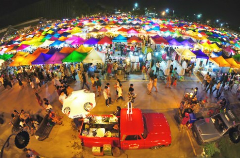 Cho do co sac mau Talad Rot Fai cua Bangkok