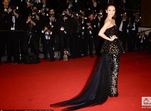 Chuong Tu Di dep lung linh duoi mua Cannes