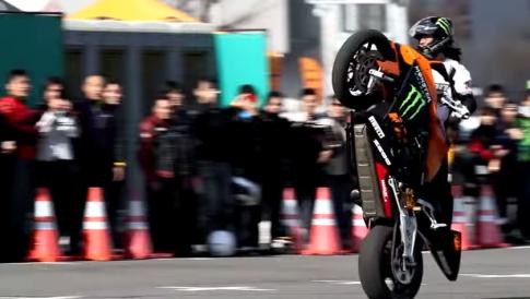 [Clip] KTM RC8 khuất phục dưới tay người Nhật