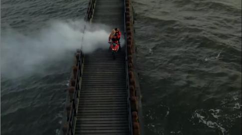 [Clip] Những màn stunt tuyệt đỉnh trên chiếc Ducati 899 Panigale