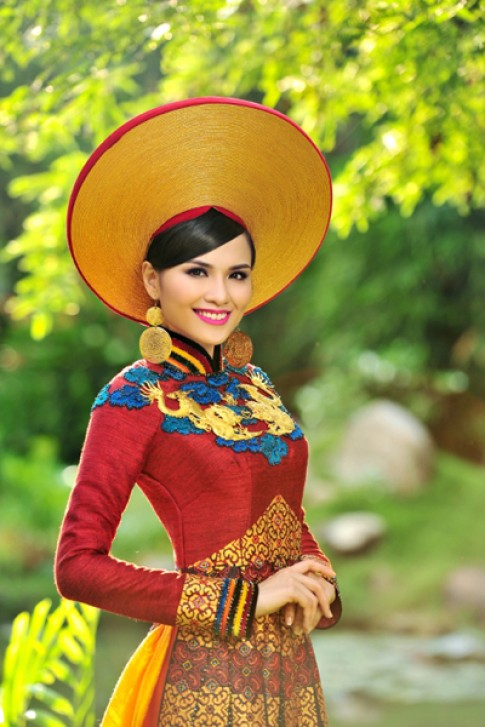 Diem Huong mang ao dai tho cam den Miss Universe