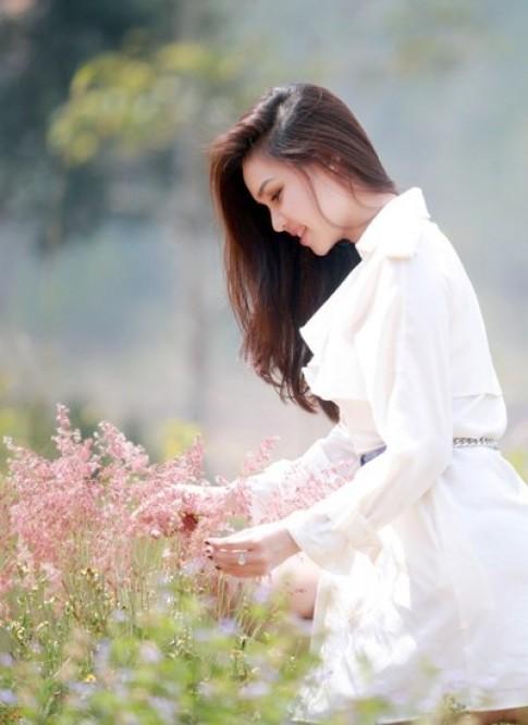 Diệu Hân mong manh váy trắng ở phố núi