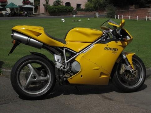 Ducati 748 tự tin khoe dáng trên đường phố