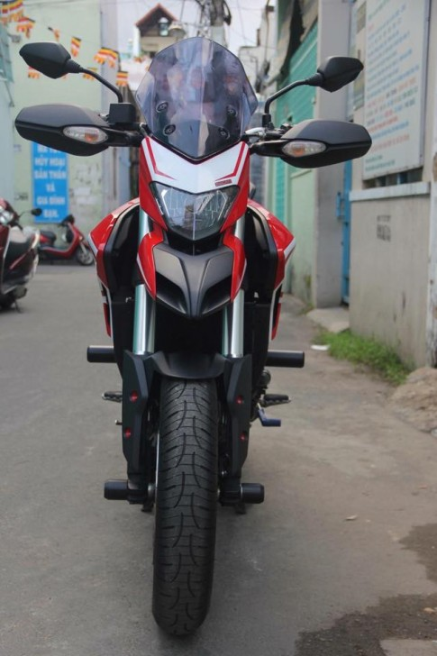 Ducati Hyperstrada 821 mau Touring ban dia hinh do kem vai mon lat vat