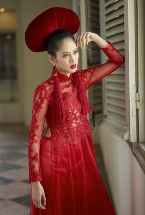 Elizabeth Thuy Tien kieu ky voi ao dai