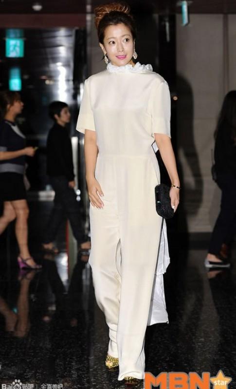 Gai mot con Kim Hee Sun duyen dang trong sac trang