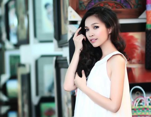 Hien Thuc tung tang vay xoe xuong pho