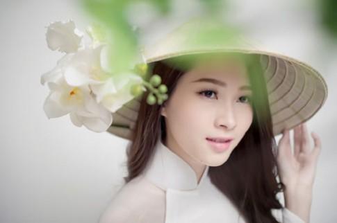 Hoa hau Thu Thao diu dang cung ao dai va hoa