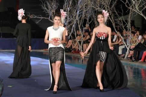 Hoa hau Thuy Dung trinh dien catwalk