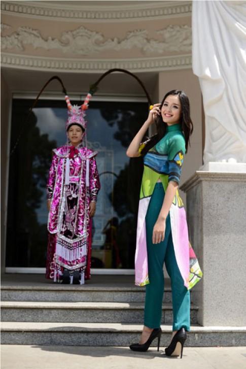 Hoang Anh mac ao dai lay cam hung tu tuong co