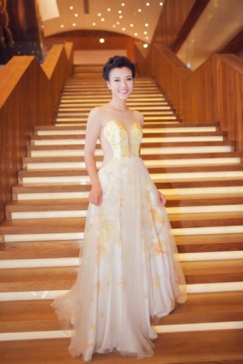 Hoang Oanh, Kim Tuyen dien vay voan du tiec