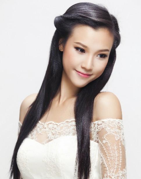 Hoang Oanh mac ao cuoi khoe vai tran