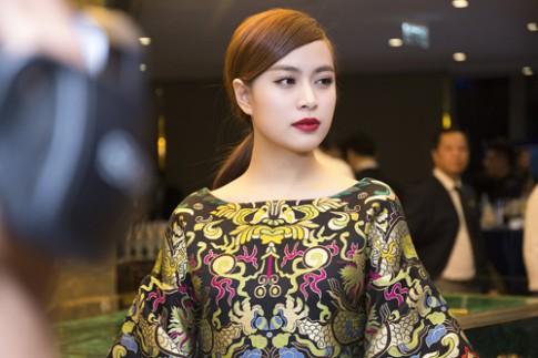 Hoàng Thùy Linh, Minh Hằng rạng rỡ với váy họa tiết