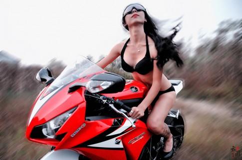 Honda CBR1000RR nổi bật bên cô nàng chân dài gợi cảm