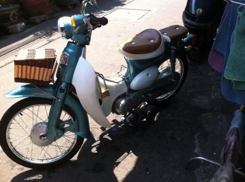 Honda cup trắng xanh ngọc , dịu dàng , nhẹ nhàng trên phố