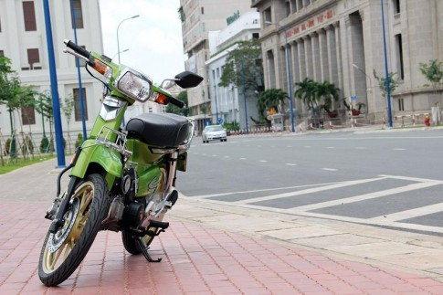 Honda Dream độ đẹp giữa phố Sài Gòn