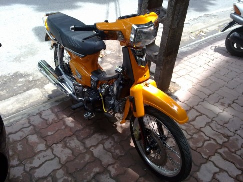 Honda Dream mau vang do kieng chat lu