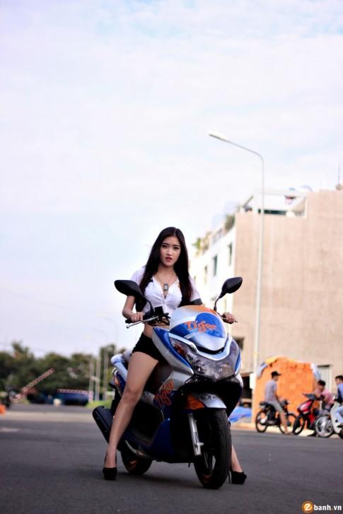 Honda PCX phiên bản Tiger Beer đọ dáng cùng Police Girl